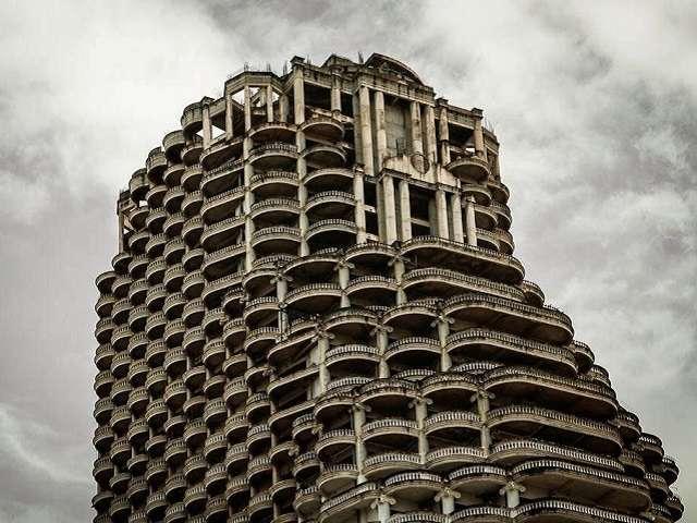 Tháp ma nằm trơ trọi giữa thành phố Bangkok khiến du khách không khỏi tò mò