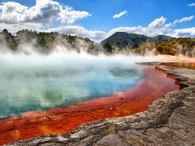 Hồ nước nóng màu sắc sặc sỡ, có cái tên rất đặc biệt