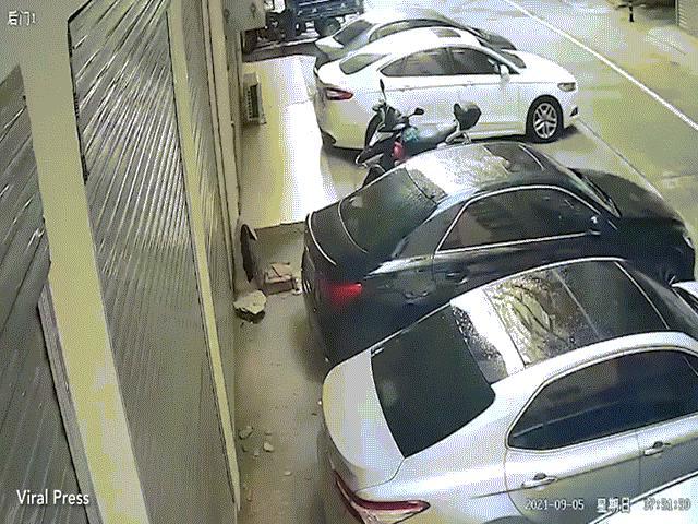 Video: Khoảnh khắc cô gái bán khỏa thân rơi lõm nóc ô tô ở Đài Loan