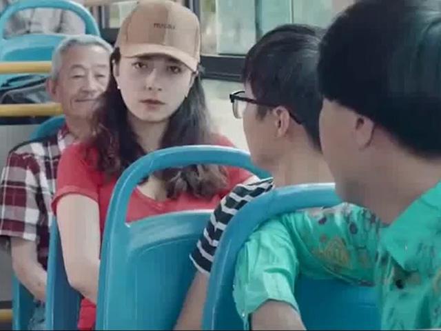 """Gái xinh hoang mang khi trở thành """"mục tiêu"""" trên xe buýt"""