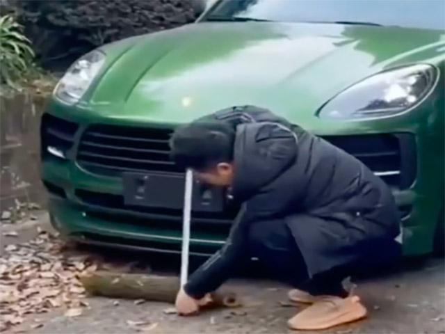 """Pha xử lý """"cồng kềnh"""" của chủ xe Porsche khi gặp chướng ngại vật"""
