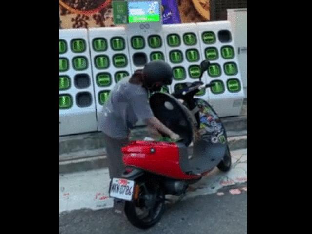 Video: Thích thú trạm sạc, đổi pin xe máy điện hoạt động kiểu này