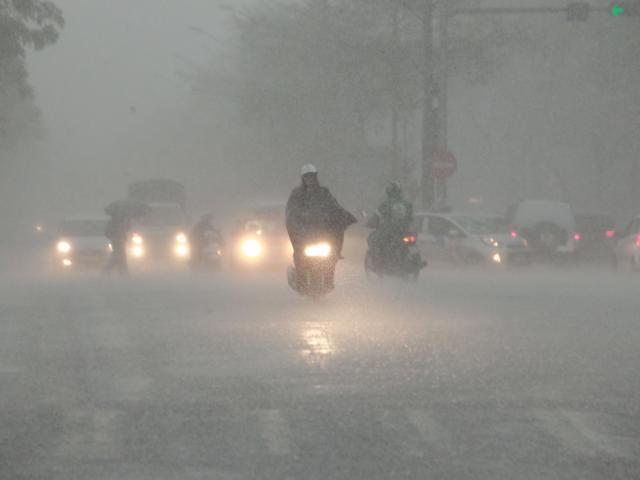 Vùng áp thấp đang hướng vào đất liền, miền Trung mưa rất to từ đêm nay (6/10)