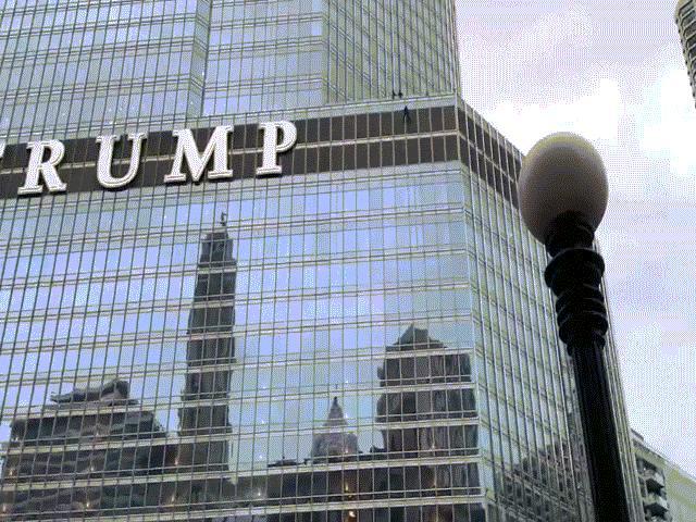 """Người đàn ông cầm dao, treo mình trên tầng 16 tháp Trump đòi """"nói chuyện"""" với Tổng thống Mỹ"""