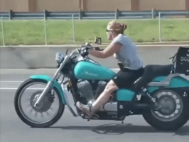 """Video: Khi phụ nữ nước ngoài lái xe máy, """"Ninja Lead"""" đã là gì"""