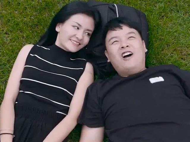 """Đang ngắm mây cùng bạn gái chàng trai bị """"sao quả cân"""" rơi vào mặt"""