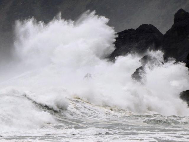 Bão số 9 vừa hoành hành miền Trung, bão số 10 lại chuẩn bị vào Biển Đông