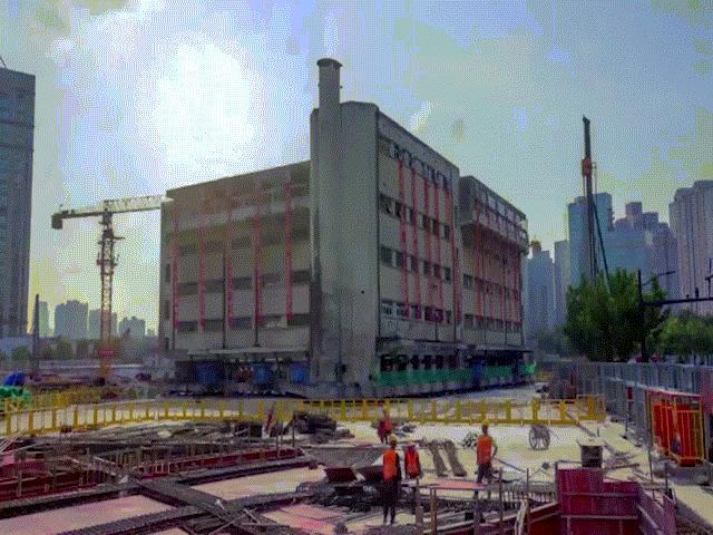 """Tòa nhà nặng hơn 7.600 tấn biết """"đi bộ"""" như siêu robot, nhiều người xem sửng sốt"""