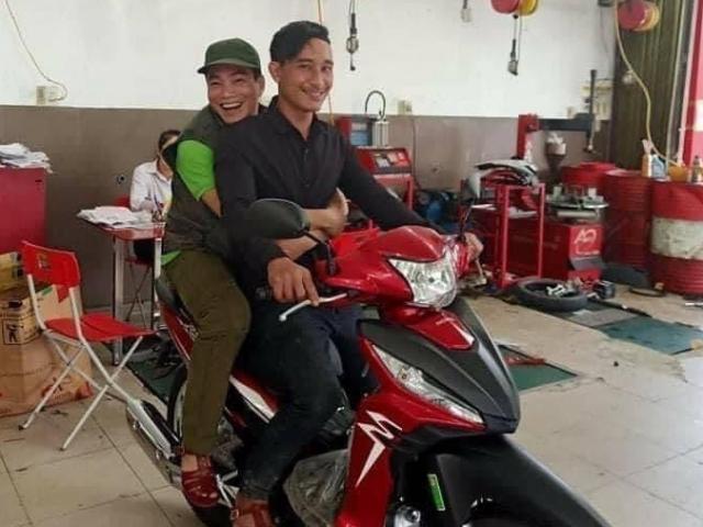 Tin tức 24h qua:Người đàn ông đi bộ,bật khóc tìm vợ con ở Trà Leng được tặng xe máy