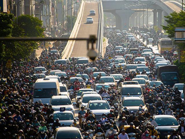 """Dòng phương tiện """"bất lực"""" trong ngày đầu thông xe đường vành đai 2 trên cao"""