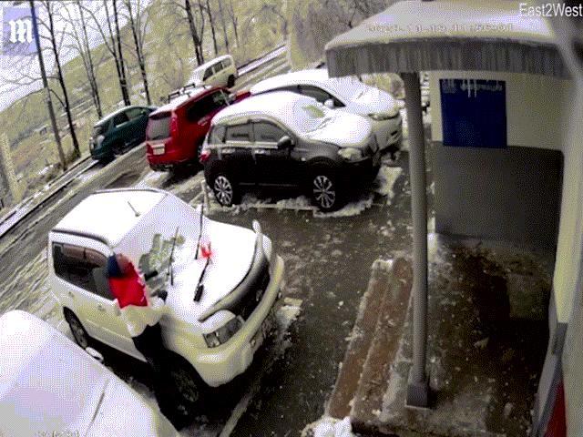 Video: Bất giác ngửa mặt lên, thấy khối bê tông 2 tấn từ trên trời sầm sập lao xuống đầu