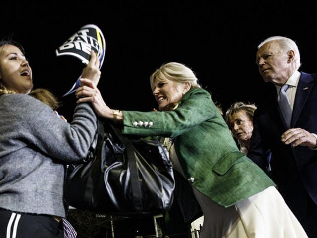 """""""Thâm cung bí sử"""" nhà ông Biden: Bà Jill Biden mặc bikini ngăn chồng tranh cử tổng thống"""