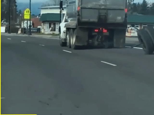 Video: Xe tải rơi bánh tài xế không hề hay biết