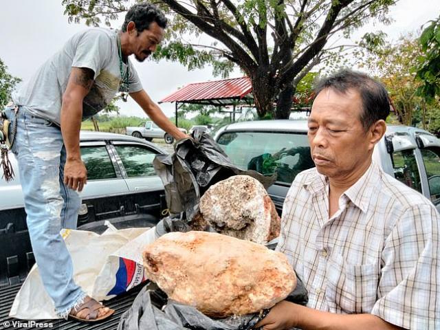 """Thái Lan: Đi dạo trên bờ biển, bất ngờ phát hiện """"kho báu"""" hàng chục tỷ đồng"""
