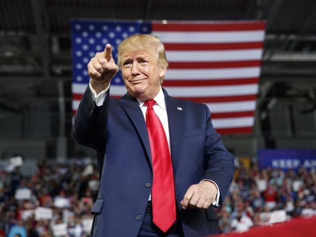 """Tiền tài trợ đổ về """"ào ào"""" phá kỷ lục, ông Trump """"tha hồ"""" kiện cáo"""