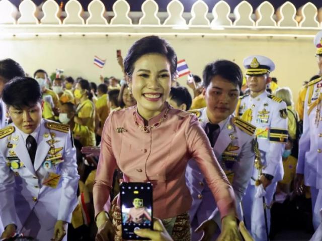 Hoàng quý phi Thái Lan tái xuất nhen lên cuộc chiến ngầm trong hậu cung?