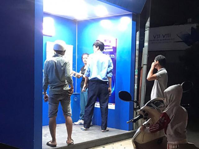 Cầm búa đập nát máy ATM vì không rút được tiền, bị nuốt thẻ