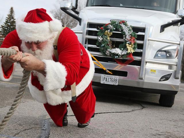 """Ông già Noel khỏe nhất thế giới: Kéo xe ô tô 16,5 tấn đi """"phát quà"""""""