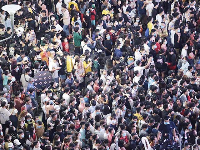 Người dân chen lấn chờ đón năm mới 2021 với khẩu trang kín mít